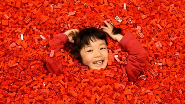 Bambino che gioca con i Lego